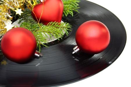 Christmas still life z płyty winylowej i kulki na białym tle.