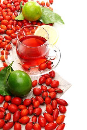 Herbata witaminy z róży i cytryny na białym tle. Zdjęcie Seryjne