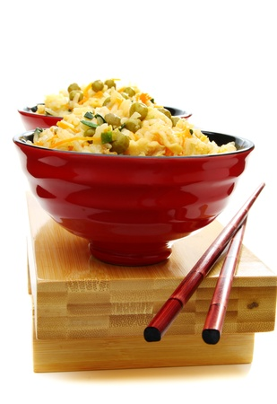 arroz blanco: Arroz frito en chino y los palillos. Foto de archivo