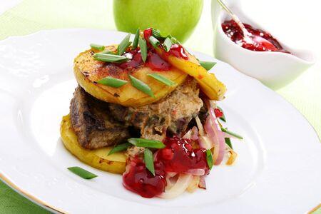 Wątróbka z jabłkami, cebulą i sosem jagodowym.