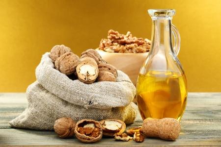 Olej z orzechów wÅ'oskich w butelce i orzechów na drewnianym stole Zdjęcie Seryjne