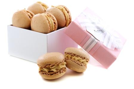 Ciasto migdaÅ'owe z kremem kawowym i pudeÅ'ko na biaÅ'ym tle. Zdjęcie Seryjne