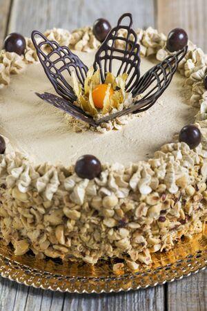 cafe y pastel: Torta de caf� en una mesa de madera de cerca.