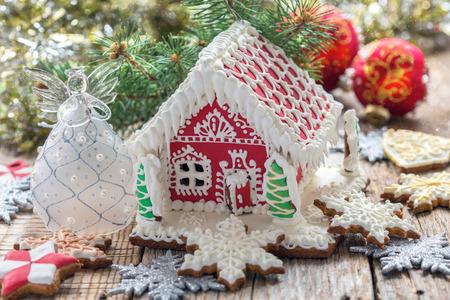 galletas de navidad: �ngel de la Navidad y casa de pan de jengibre en una mesa de madera.