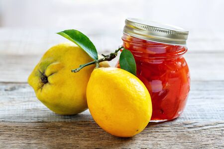 membrillo: Jam de membrillo y limón en un frasco de vidrio.