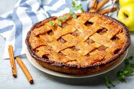 Torta di mele casalinga del reticolo con cannella su un vecchio fondo strutturato con un panno di lino, fuoco selettivo.