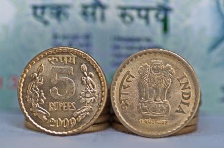 Cerca de la moneda india, 5 rupias, desenfocado billete de 100 rupias en el fondo, aislado, espacio de la copia, Foto de archivo - 14091435