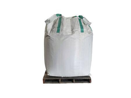 Stock jumbo-sac d'engrais chimique sur fond blanc en attente d'expédition.