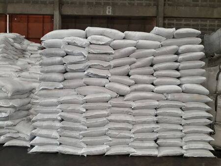 Chemical fertilizer The product stock is packed in sacks, stacked in the warehouse, waiting for delivery. Standard-Bild