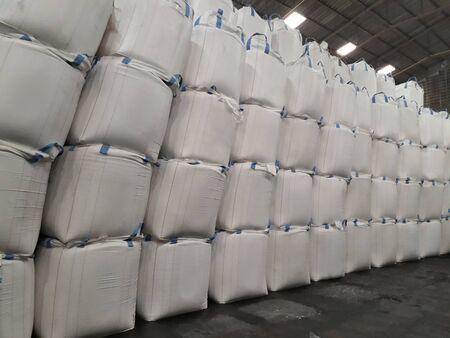 Engrais chimique Stock d'urée dans un sac jumbo en entrepôt en attente d'expédition. Banque d'images