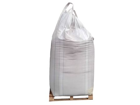 Stock d'engrais chimique urée sac jumbo dans l'entrepôt en attente d'expédition.Mettre sur des palettes en bois sur le fond blanc