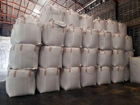 Urée Stock pile jumbo-sac dans l'entrepôt en attente d'expédition.Mettre sur des palettes en bois