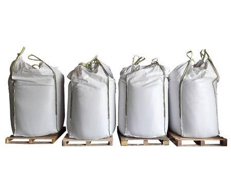 Stock d'engrais chimique urée sac jumbo dans l'entrepôt en attente d'expédition.Mettre sur des palettes en bois sur le fond blanc Banque d'images