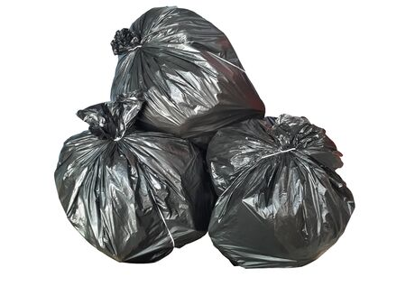 Sac en plastique noir Pour placer les déchets usagés Attachez la bouche pour un rangement facile. Placé sur un fond blanc Banque d'images