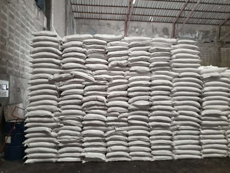 Chemical fertilizer The product stock is packed in sacks, stacked in the warehouse, waiting for delivery. Banque d'images