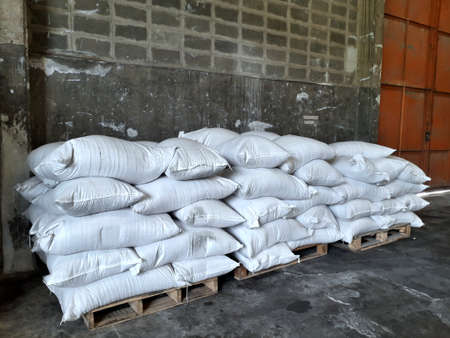Chemical fertilizer The product stock is packed in sacks, stacked in the warehouse, waiting for delivery. 免版税图像