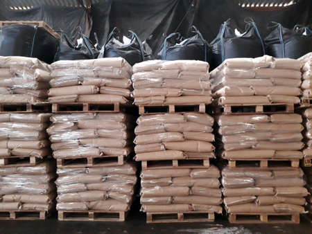 Chemical fertilizer The product stock is packed in sacks, stacked in the warehouse, waiting for delivery. 免版税图像 - 157609617