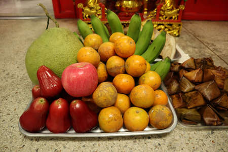 Fruits and offerings to ancestors of Chinese people. Archivio Fotografico