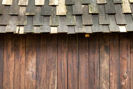 cedar shakes: Techos de madera patr�n de detalle con la pared Foto de archivo
