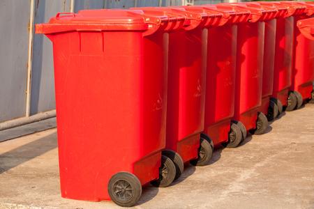 botes de basura: Grandes contenedores de basura contenedores de basura Foto de archivo