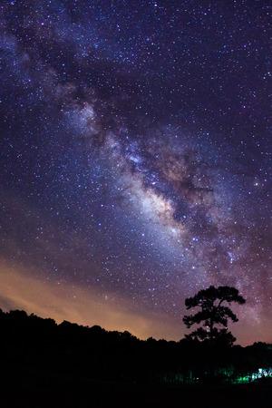 Milky Way at Phu Hin Rong Kla National Park,Phitsanulok Thailand Foto de archivo