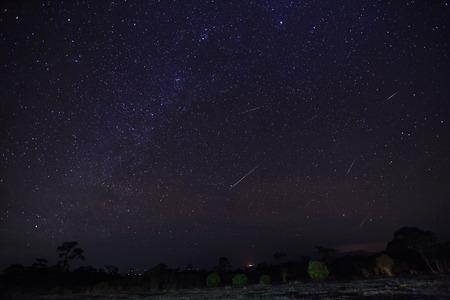 Geminid Meteor in den Nachthimmel