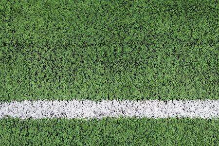terrain football: Bande blanche sur le terrain de football vert
