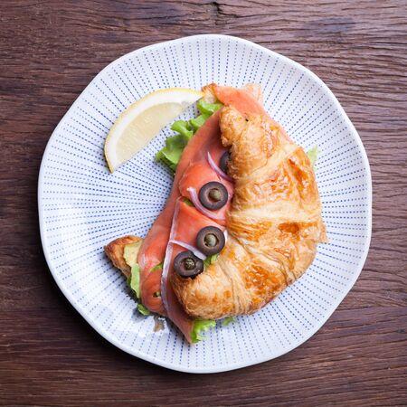 alcaparras: Croissant con salmón y alcaparras