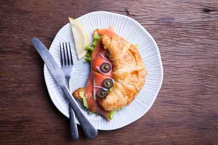 alcaparras: Croissant con salm�n y alcaparras