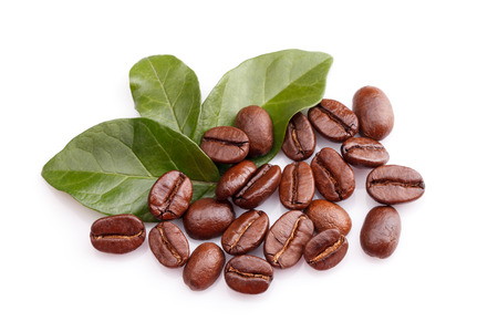 coffee grains and leaves on white background Imagens