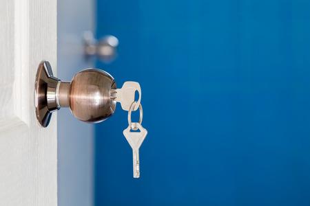 Porte ouverte avec clés, clé en trou de serrure Banque d'images - 44427285