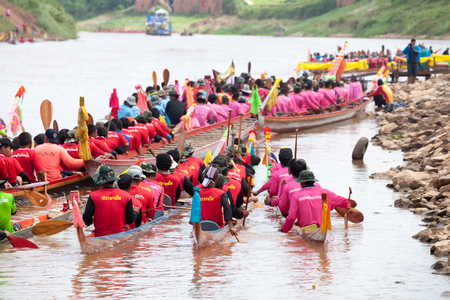 catchment: PHITSANULOK, THAILAND - SEP 19 : Unidentified crew in traditional Thai long boats competition festival on September 19, 2015, Phitsanulok, Thailand.