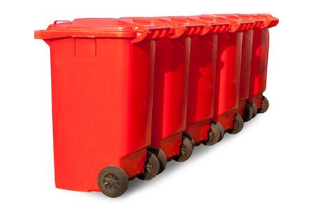 botes de basura: Grandes botes de basura rojas (contenedores de basura) en el fondo blanco