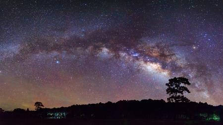 Panorama schöne milchige Weg auf einem Nachthimmel. Langzeitbelichtung. Mit Getreide
