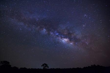 雲と天の川でプー ヒン Kla 国立公園、ピサヌローク タイの木のシルエット。長時間露光の写真。