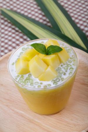 Thai Dessert von Tapioka-Perlen-Pudding mit Mango Lizenzfreie Bilder
