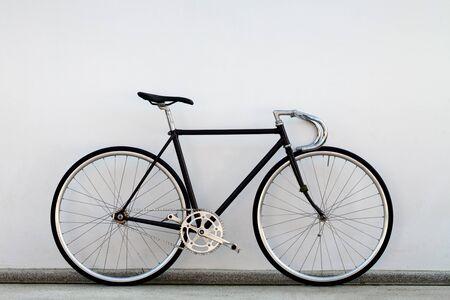 fixed: Ciudad bicicleta fija del engranaje y el muro de hormig�n Foto de archivo