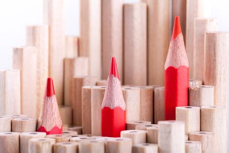 drie gescherpt rood potlood onder vele degenen