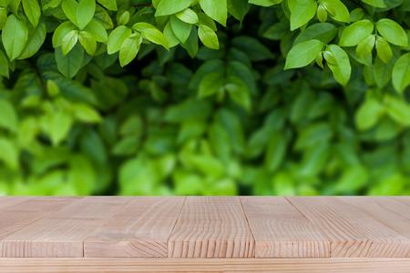 braunem Holz Tischplatte auf Bokeh abstrakte Hintergrund der grünen Natur - können für die Montage verwendet werden, oder Ihre Produkte anzeigen Lizenzfreie Bilder