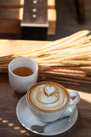 papel filtro: Coffee latte art in coffee shop in vintage color filter