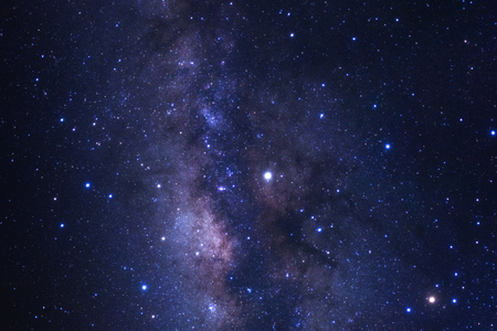 宇宙の星と宇宙の塵で明らかに天の川銀河をクローズアップ