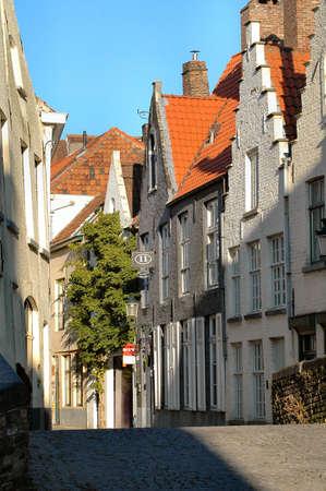 典型的な通り、建物、赤瓦の屋根、ブルージュ、ベルギーの石畳