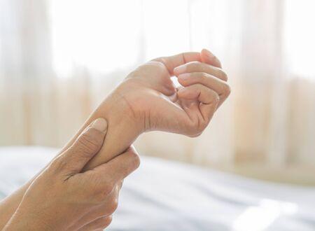 arm pain of old women Stockfoto