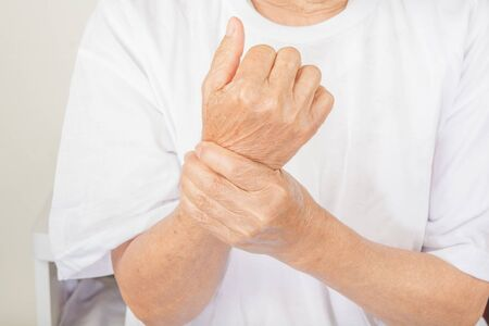 Wrist Pain in older women. Banque d'images