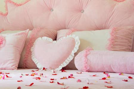 Thai Bed pink  and petal wedding Reklamní fotografie