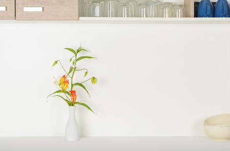 Flowers in the vase on the counter Standard-Bild