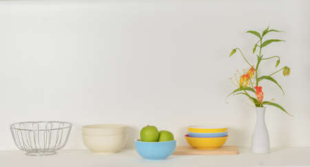 green Apple  in the bowl on the counter Standard-Bild