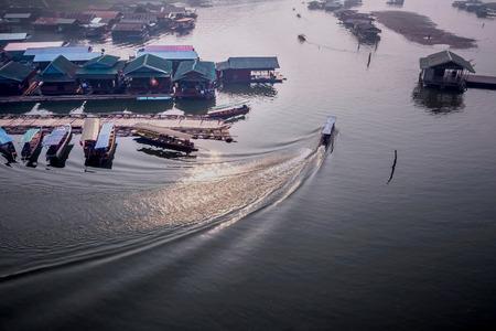 Sangkla、タイの農村のポート キャビンの夕日 写真素材