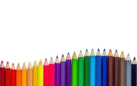 Kolorowe kredki falują na białym tle