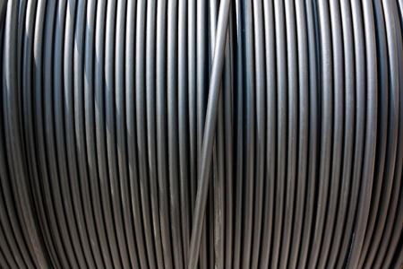 Cable network: Primer plano vertical sobre una bobina de cable de electricidad negro.